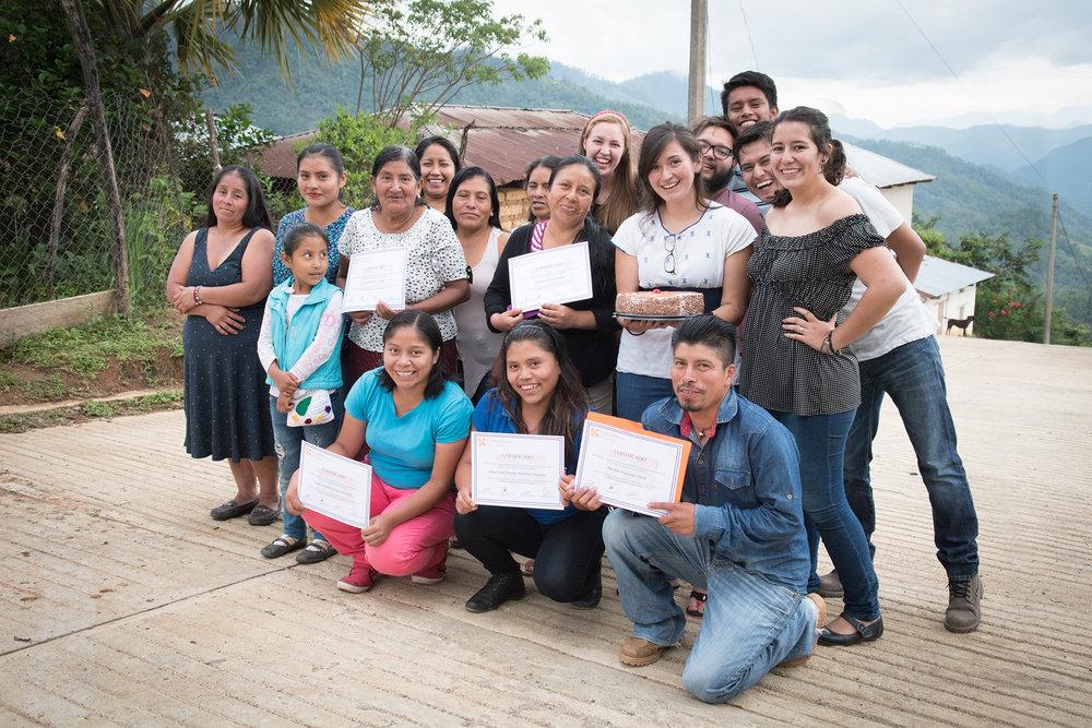 Celebración del éxito de Miradas de la Sierra, un proyecto de FotoVoz para reducir el estigma, a través de fomentar la expresión y el intercambio de experiencias entre personas que viven con padecimientos de salud mental en las comunidades rurales de nuestra región.