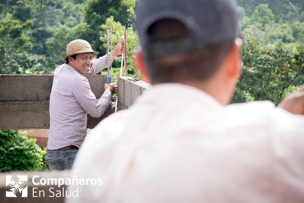 Timoteo ha podido regresar a trabajar en la construcción con su padre y hermano en la comunidad de La Soledad, después de recibir tratamiento para su amaurosis fugaz.