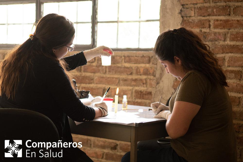 Stephany Picazo Gutiérrez (izquierda) y Montserrat Trejo Vázquez preparan muestras de pacientes que tienen riesgo de padecer tuberculosis.