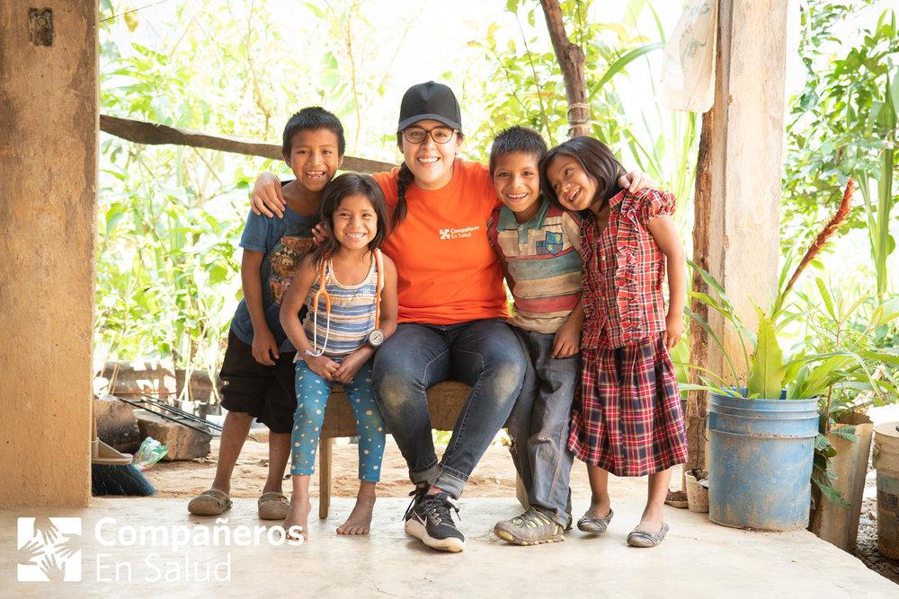 Durante esta experiencia de inmersión, los estudiantes de medicina se quedan en la comunidad,comen con familias,juegan con los niños y conocen la vida de las personas a quienes atienden. Primos Bulmaro (izquierda), Marely, Blaimer y Dayana con Stephany Picazo Gutiérrez, estudiante de medicina, durante las encuestas en la comunidad Plan de Ayala.