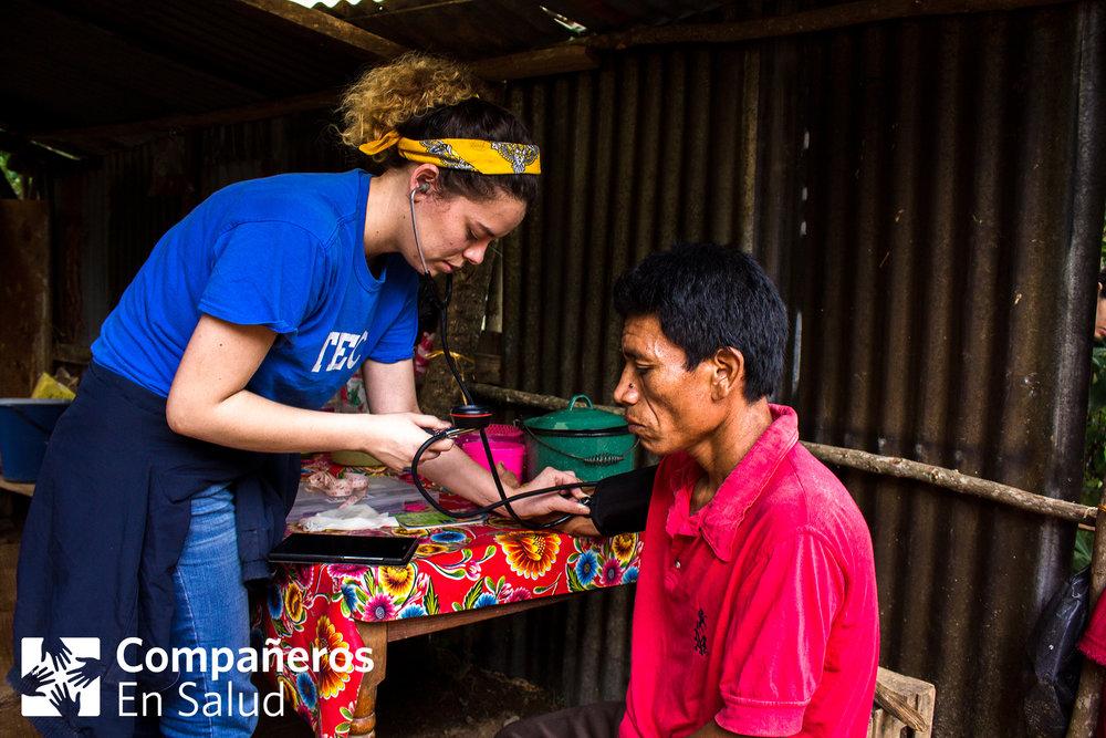 Regina Serrano, estudiante de medicina, toma la presión de Don Joselino en su casa.Foto por Rodrigo Noguez Tamayo