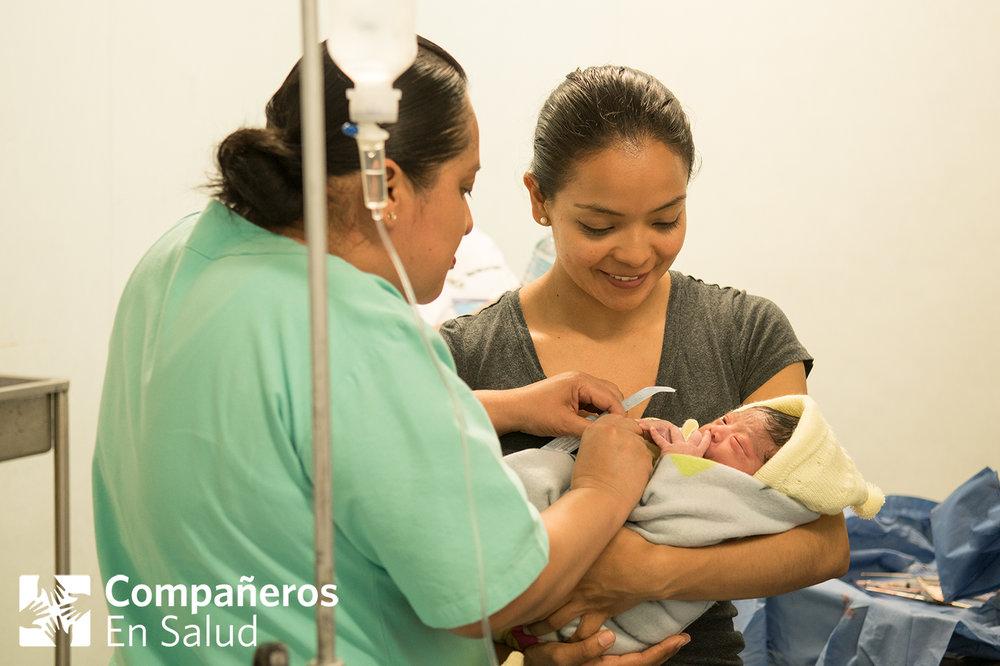 Foto: La Dra. Mariana Montaño (derecha) con el bebé recién nacido, Ángel, y la enfermera Maria Yaneth López Morales (izquierda), uno de los miembros del staff del sistema público de salud que son nuestros colegas y aliados en el Hospital Básico Comunitario Angel Albino Corzo.
