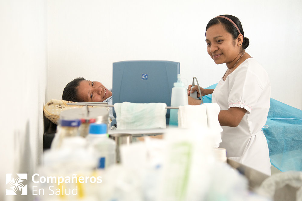 Este año, nuestro equipo de enfermeros obstetras atendió más de 400 partos y más de 2,500 consultas obstétricas junto con nuestros colegas del Hospital Básico Comunitario Ángel Albino Corzo. Este trabajo es una gran colaboración entre todos los enfermeros y médicos del hospital, los médicos que proporcionan atención perinatal en las clínicas rurales, las acompañantes que visitan mujeres y recién nacidos durante el embarazo y después del parto, y las parteras tradicionales que también son parte de este esfuerzo para brindar una atención digna y de calidad. Gracias por el apoyo de todos ustedes.   Foto: La enfermera y supervisora clínica de Compañeros En Salud, Fabiola Ortiz, EEP, atiende a la paciente Blanca en la Casa Materna del Hospital Básico Comunitario Ángel Albino Corzo.