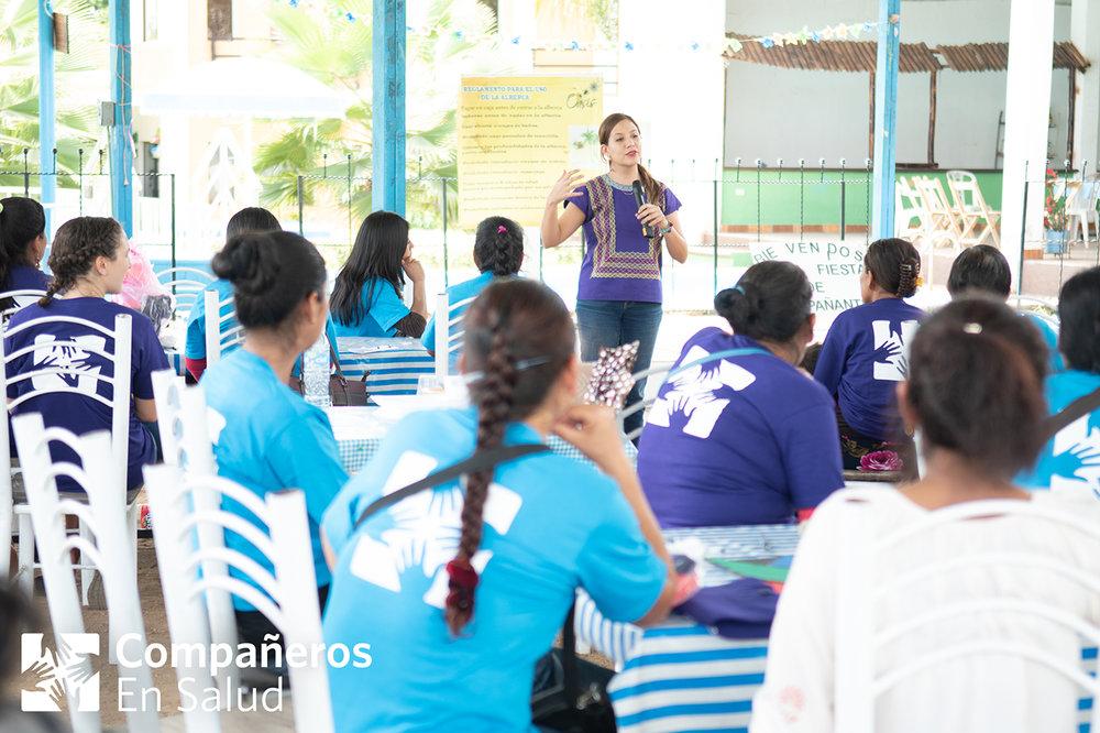 Foto: La Dra. Jimena Maza, directora de atención primaria, se dirige a las acompañantes de Compañeros En Salud durante una celebración en su honor.