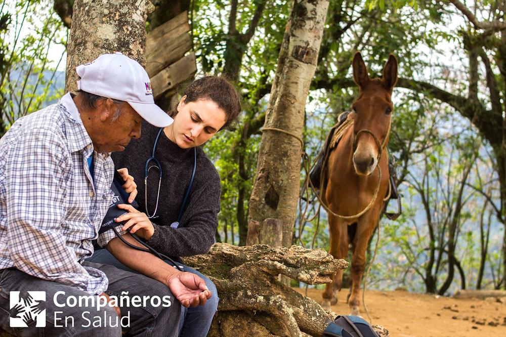 En el 2018, más de 60 voluntarios apoyaron a Compañeros En Salud en areas que van desde la investigación, logística y hasta tutoría y capacitación para nuestros enfermeros, médicos y acompañantes. Nuestro trabajo no sería posible sin la contribución de su tiempo y talento. De parte de todos nosotros: gracias por su acompañamiento.   Foto: Joanna Krupp (derecha), voluntaria de MEC (monitoreo, evaluación y calidad), toma la presión de Don Fidel durante la búsqueda activa