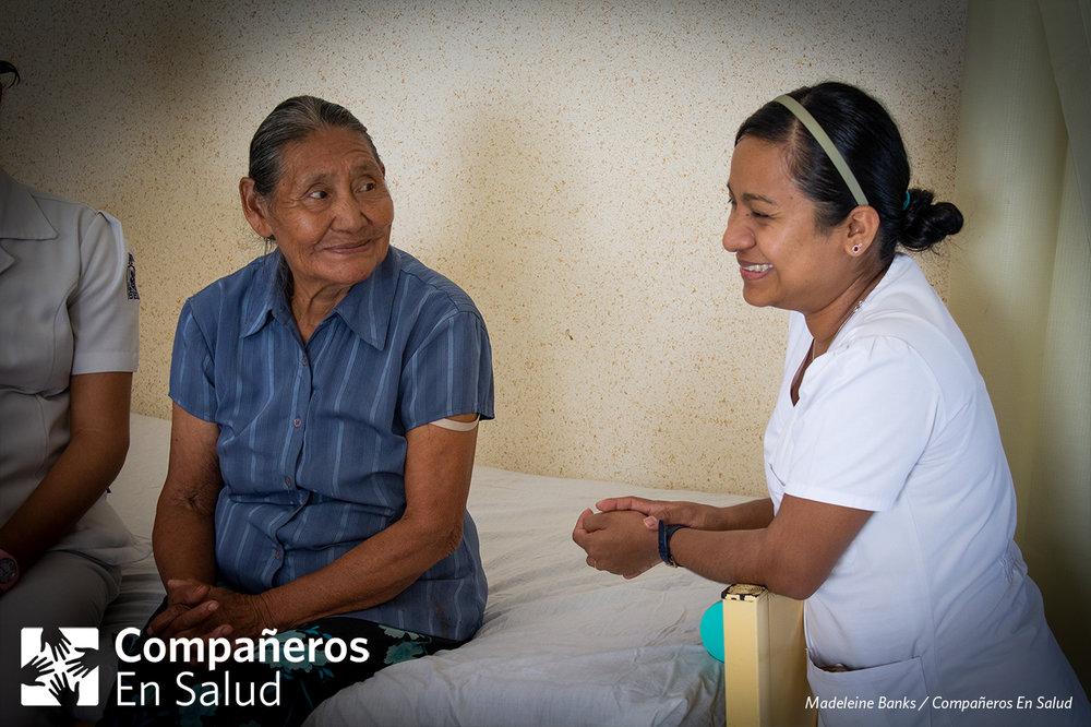 Al acercarse el final del año, culminó una serie de encuentros de partería tradicional en la región, en los que contamos con la asistencia de 56 parteras y parteros tradicionales de más de 25 comunidades. Coordinamos estos encuentros para facilitar el intercambio de conocimientos con el fin de poder servir mejor a las mujeres y familias de nuestra región, resaltando la labor tan importante que realizan las parteras tradicionales.   Foto: La enfermera y supervisora clínica de Compañeros En Salud, Fabiola Ortiz (derecha), platica con Doña Margarita Pérez Jiménez, una partera tradicional de una comunidad rural, quien frecuentemente colabora con la Casa Materna.