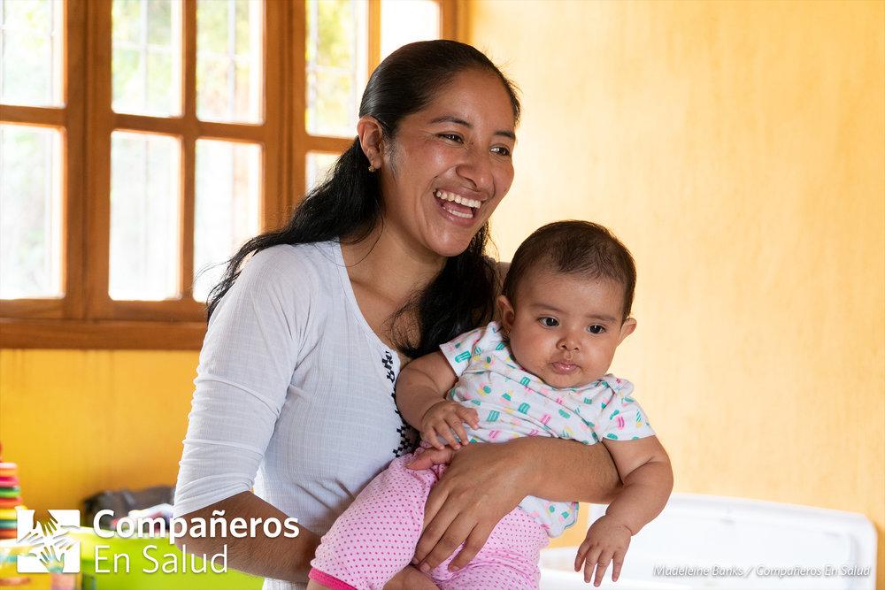 Floribel Bravo Díaz canta y baila, con su hija Lucero, durante un curso de desarrollo infantil y estimulación temprana en Jaltenango de la Paz.