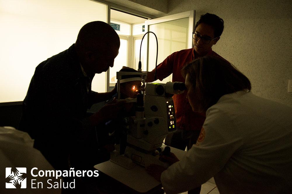Ernesto (centro), de tres años, se somete a un tratamiento de láser de la Dra. Alma Leticia González Calderón con el acompañamiento de su padre Don Oscar (izquierda) y el Dr. Francisco Rodríguez de Compañeros En Salud.