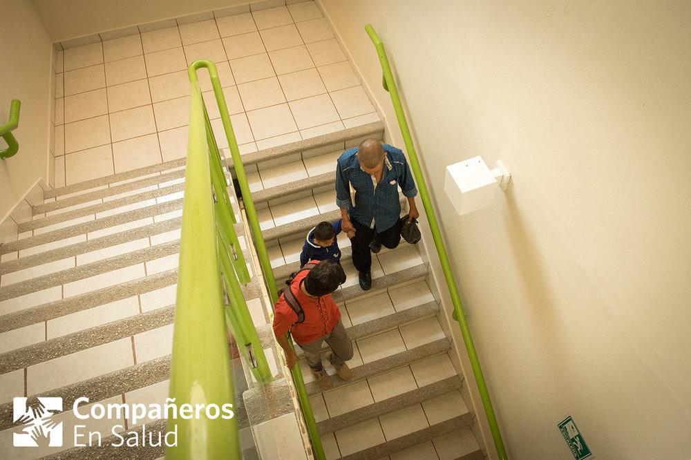Ernesto y Don Oscar salen del Hospital de Especialidades Pediátricas con el Dr. Rodríguez. El equipo de Compañeros En Salud está comprometido con acompañar a nuestros pacientes en cada paso de la atención de salud que necesitan.