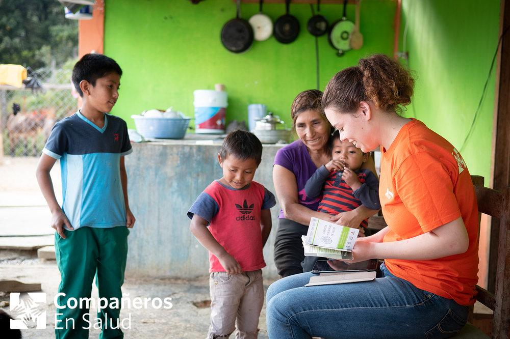 También, nos aseguramos de que sus esquemas de vacunación estén actualizados.  Foto: Regina Serrano, estudiante de medicina, revisa los esquemas de vacunación de Exaen, Javier y Yojah Jesus.