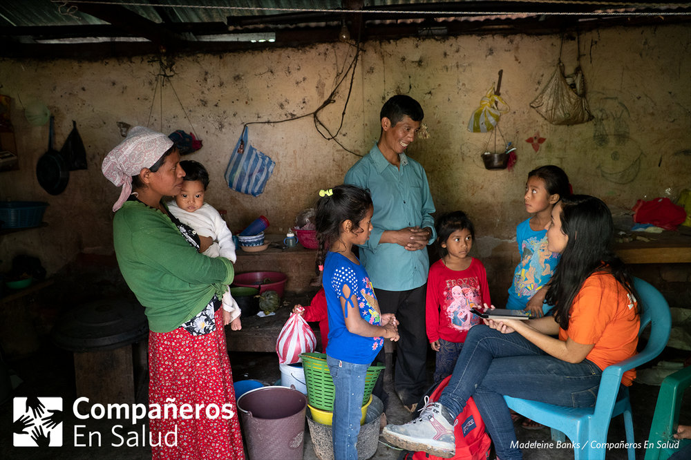 Foto: Doña Marina, su esposo Don José Luis y sus hijos Esdras, Gladys, Daydra, y Alicia reciben a Xiomara Hinojosa en su casa para encuestas de salud.