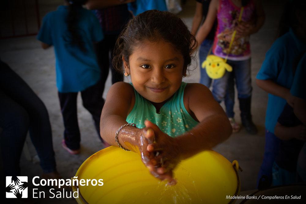 Cada año, hay cerca de 1.700 millones de casos de enfermedades diarréicas infantiles; a nivel mundial, es una de las 3 principales causas de muerte en niños menores de cinco años. Afortunadamente, en Chiapas, en la última década, se ha visto una disminución de más del 40% en la tasa de mortalidad de niños menores de cinco años debido a enfermedad diarréica. Aun así, la tasa sigue siendo casi 3 veces la tasa nacional.  Voluntarios de Compañeros En Salud fueron parte de un equipo colaborativo de varias organizaciones que realizaron una Feria de la Salud, un evento anual para los niños de Jaltenango de la Paz donde se encuentra nuestra oficina central. Este año, el equipo enseñó a 150 estudiantes sobre temas de higiene, parásitos, suero e hidratación para ayudar en la prevención y tratamiento de enfermedades diarréicas.   Foto: En la Feria de la Salud, los voluntarios de Compañeros En Salud realizaron un taller de cómo lavarse las manos y la comida, de una manera higiénica, para evitar los parásitos.    Leer más