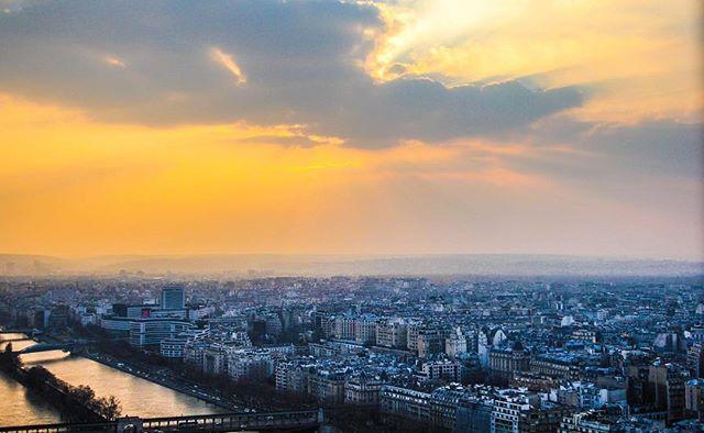 Paris at sunset ✨ . . . . #paris #sunset #travel #landscape #earthscape #ig_photooftheday #featureme #ig_color #sunset_hub #sunrays #skycandy