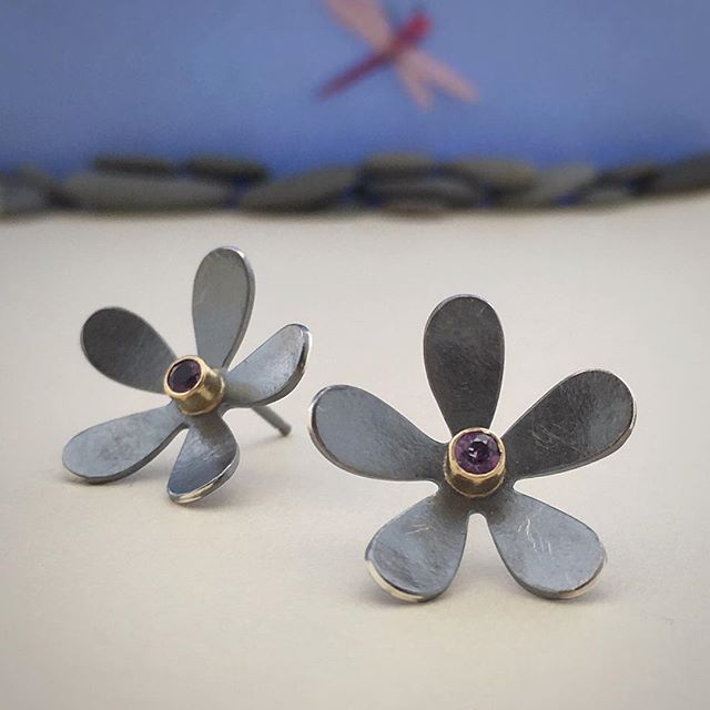 Daisy post earrings in #blackandgold with #amethyst  #flowerjewelry #flowerearrings #oxidisedsilver #18kgold #lagunabeachjewelry #handfabricatedjewelry