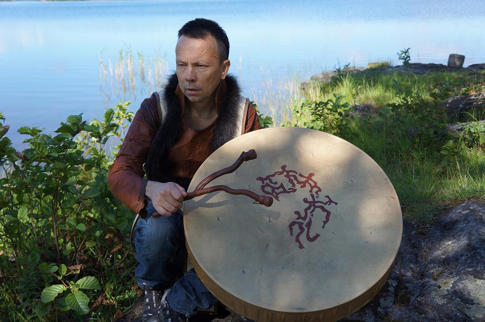 Ola Stinnerbom med en av sina nytillverkade samiska shamantrummor, foto Birgitta Stålnert