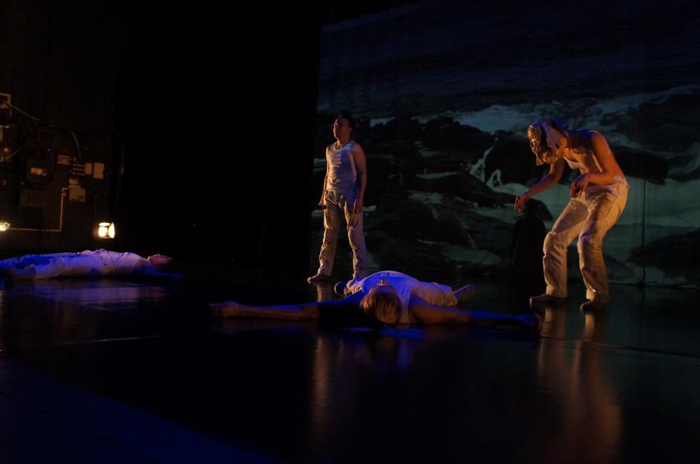 Föreställningsbild från Man Must Dance (Minna Mannelqvist, Ola Stinnerbom, Helene Karabuda och Tanja Kortelainen. Foto Birgitta Stålnert