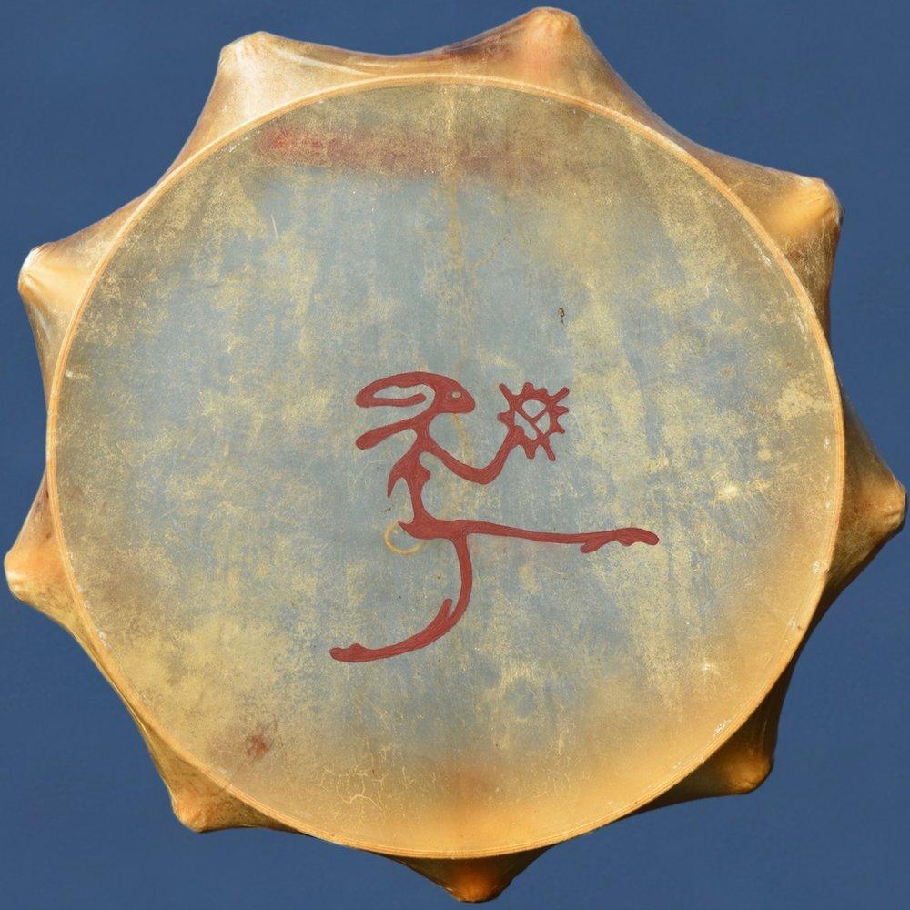 En av Ola Stinnerboms nytillverkade samiska trummor