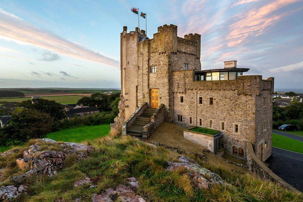 21-Romantic-Castle-Hotels-Roche-Castle-Wales-02.jpg