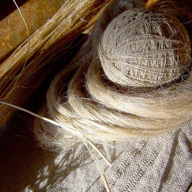 A palha já seca, a fibra separada, o cordão fiado e o tecido
