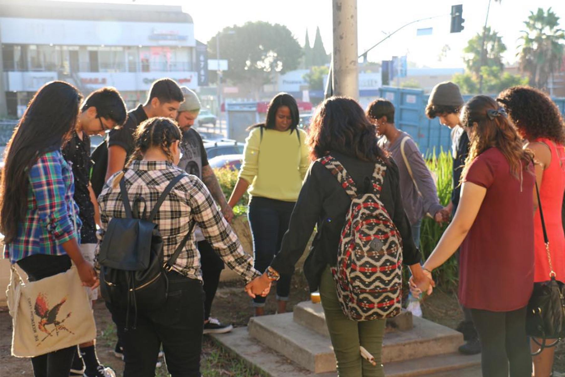Американські студенти моляться коло флагштоку