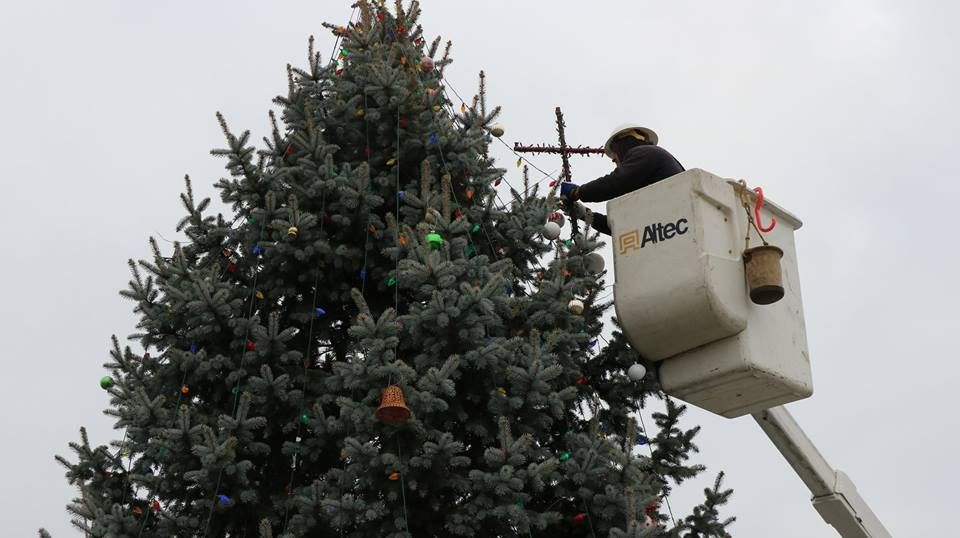 A worker restores the cross to the Knightstown Christmas tree. Photo by Curt Hunt