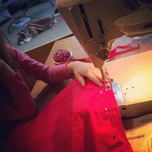 nora & i making a lazy days skirt on my mom's old singer slat-o-matic. rosie in the background.