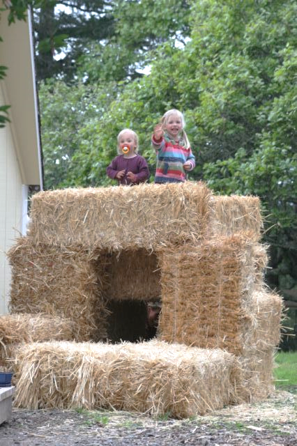 kids-strawbale-fort