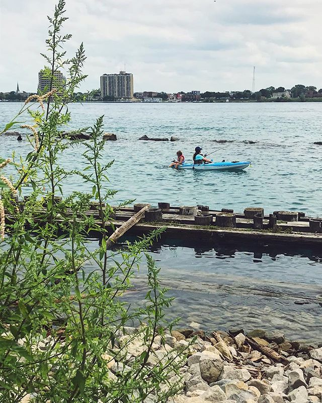 St Clair River emptying into Lake Huron, Canada yonder. . . . #wheelchairlife #wheelchairgirl #wheelchairtravel #accessibletravel #travelblogger #michigan #puremichigan #lakehuron #beboundless #travellikeagirl #girlswhowander #femaletravelbloggers #wheeliesaroundtheworld #fishing