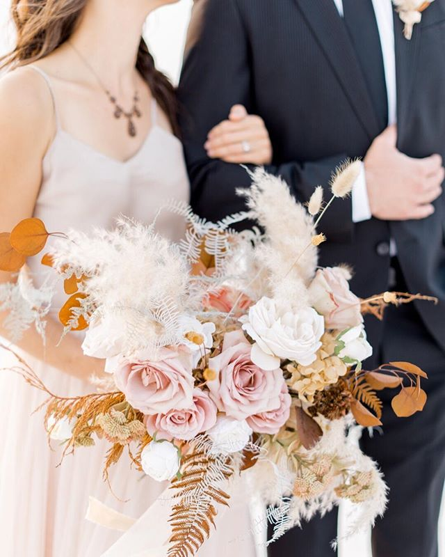 Absolutely awe struck by this gorgeous bouquet, blush and whites with a hint of rust and burnt orange such a devine combination!!