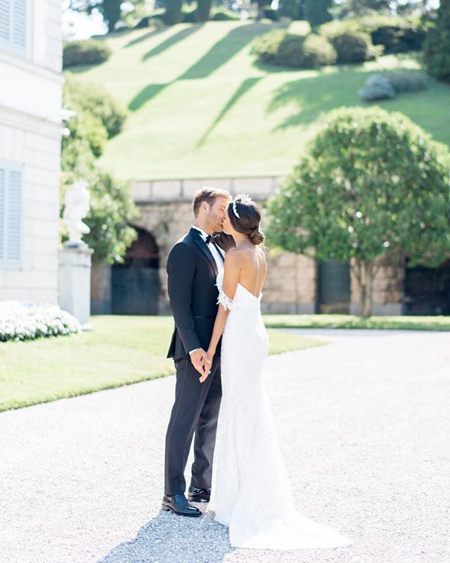 Kissing under the Italian sun 💕 Raise your hand if you're newly engaged! Summer & fall availability is first come first serve, so now is the time to get in touch about your wedding photography needs- dates are filling up quickly so act fast!