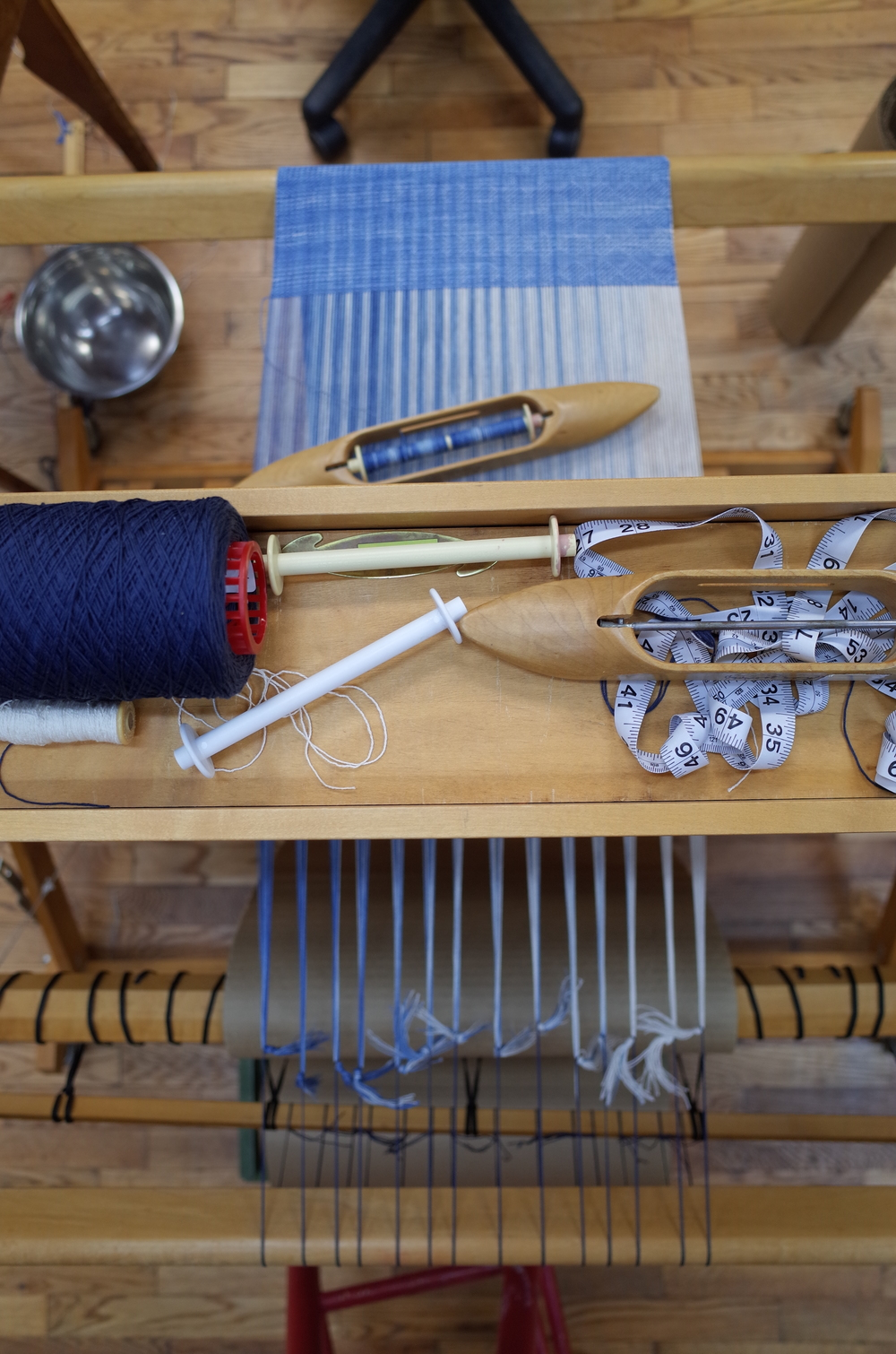 View of the loom and tools from above at the end of the weaving.