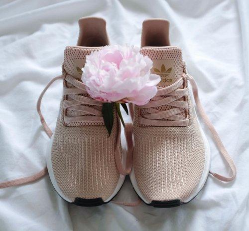 463e228349861 Vanessa Collars  — Adidas Originals Swift Run in Dust Pearl