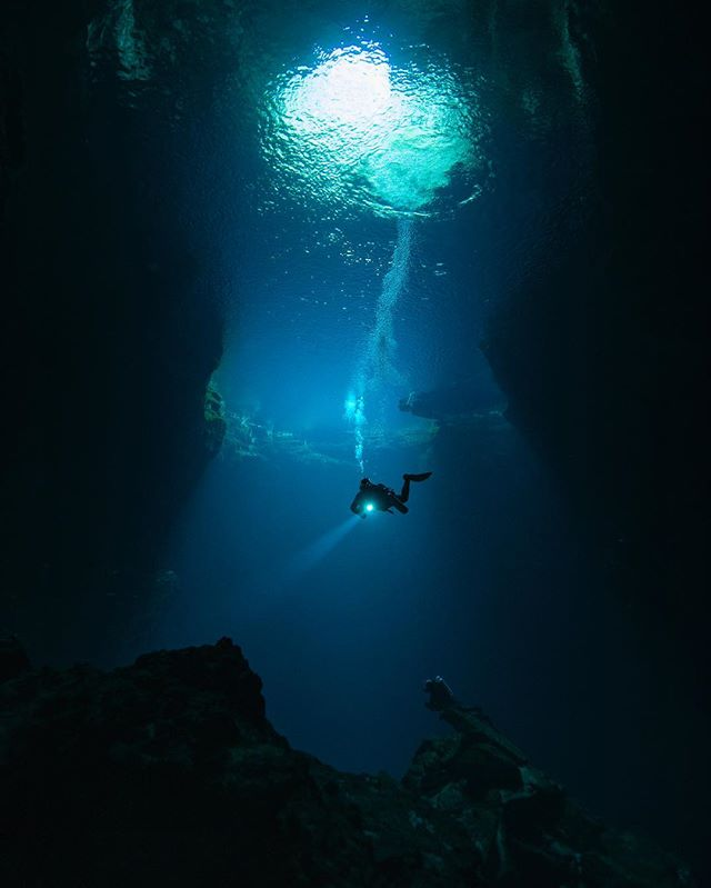 Diver descends into Kilsby Sinkhole, near Mount Gambier in South Australia. #underwaterphotography #diver #cave #southaustralia #australia