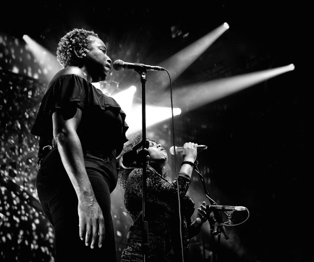 Hannah Khemoh and Bobbie Gordon singing with Bryan Ferry, Edinburgh 2018