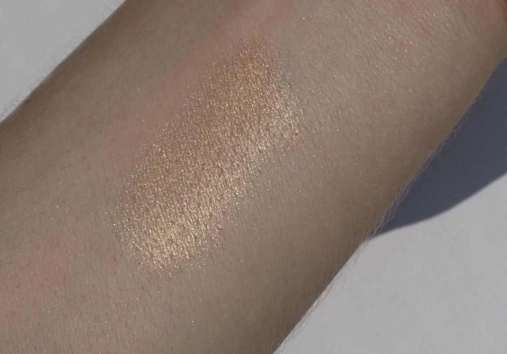 Свотч Becca Skin Perfector на солнечном свете