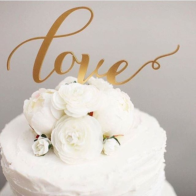 All you need is love...and some cake! ✨❤️🍰 #loveprettyinvites #happyfriday #weddingcake