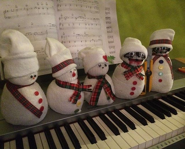 Did you watch the Christmas special? Can you tell who made which snowman? Some of them came out a bit murdery! #asexualpride #aromanticpride #aroace #stayace #christmasspecial #podcast #asexual #asexuality #piecesoface #asexualpodcast #piecesofacepodcast #poa
