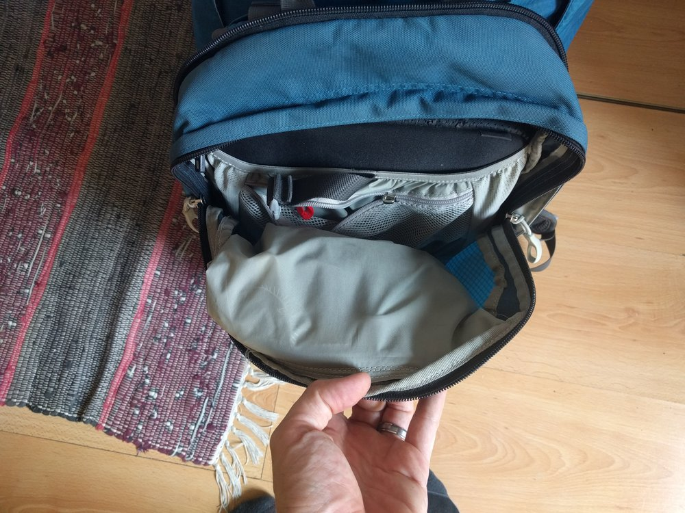Because the pocket has to avoid the retention straps that keep the daypack on, it hangs directly over the main cargo space on the daypack meaning accessing any larger items at the bottom of the daypack is difficult. It often means loosening or even undoing completely the top retention strap from the main bag.