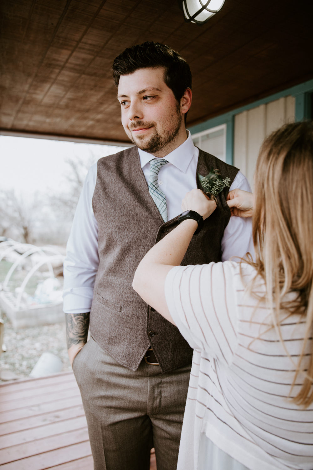 groom puts on his boutineer
