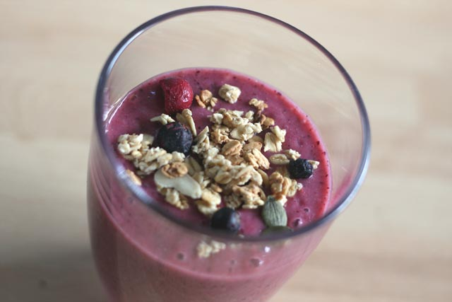 Peach, berry and banana healthy smoothie recipe