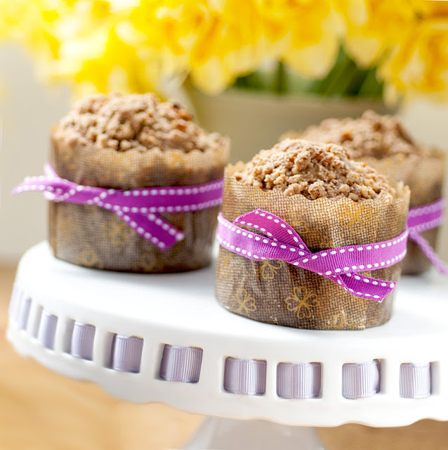 Banana muffins with pecans, white chocolate and streusel topping