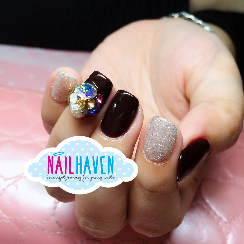 Pretty cluster on just 1 accent nail definitely stands out among the other plain nails!