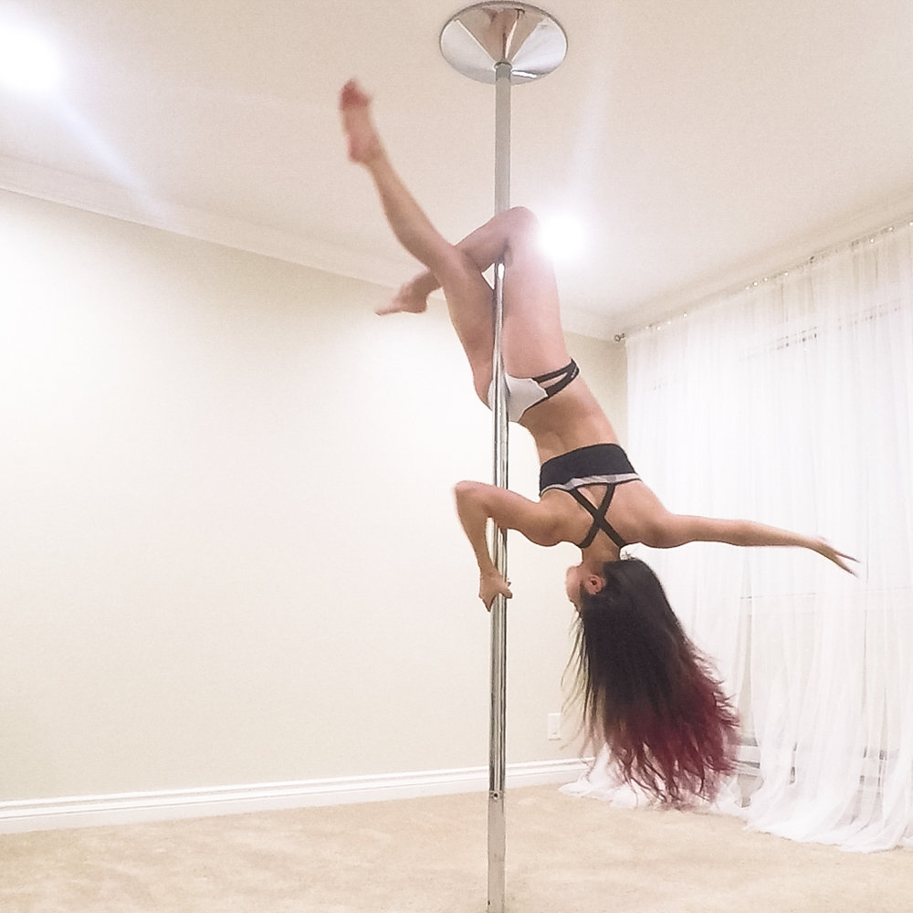 Step 8  Bring your upper body closer to the pole by bending the arm and hooking it with your armpit to create the table.