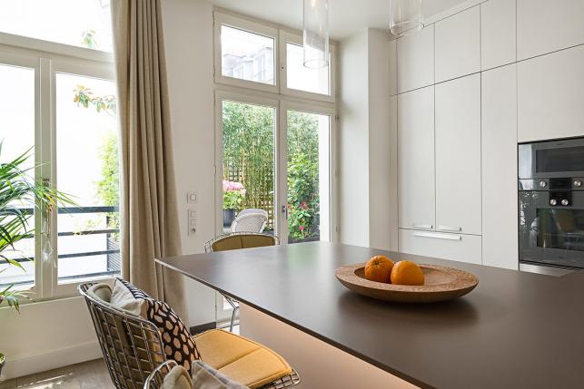 cuisine-equipee-appartement-a-louer-meuble-paris-renovation-architecte-643x429.jpg
