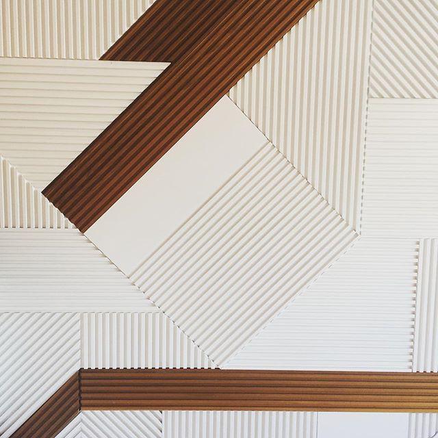 Pretty lines #wallpanelling #modern #interiordesign #whiteandwalnut #architecture
