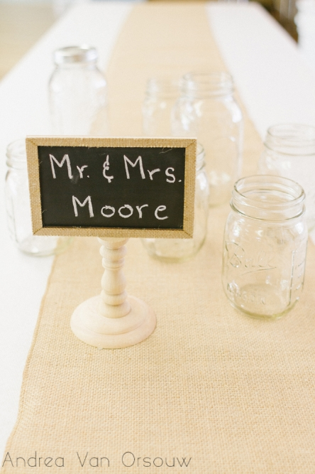mason_jar_chalkboard_wedding_decor,jpg