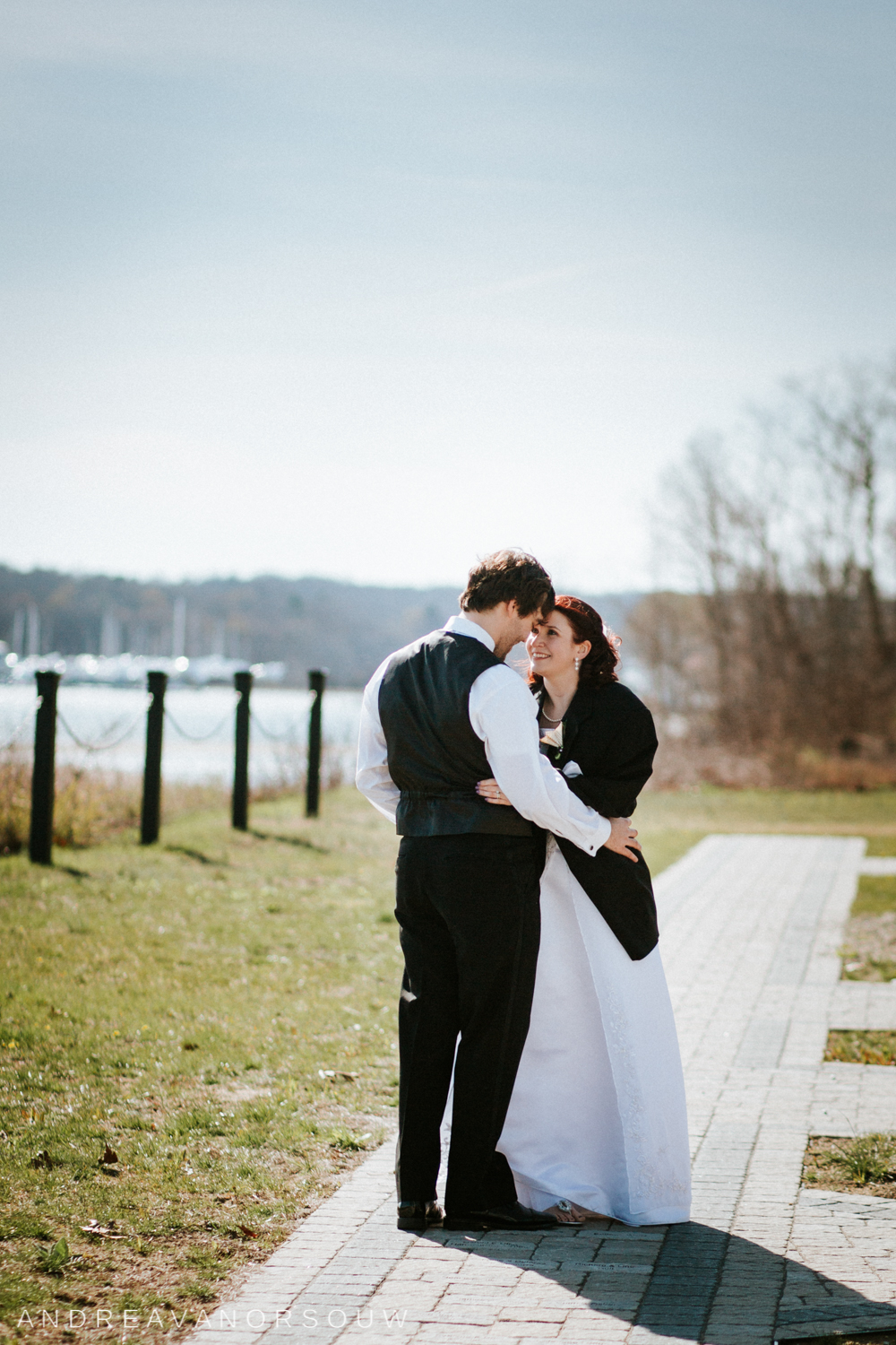 bride_groom_couple_wedding_new_england_connecticut_couple_poses_rhode_island_wedding_photographer_artistic_natural.jpg