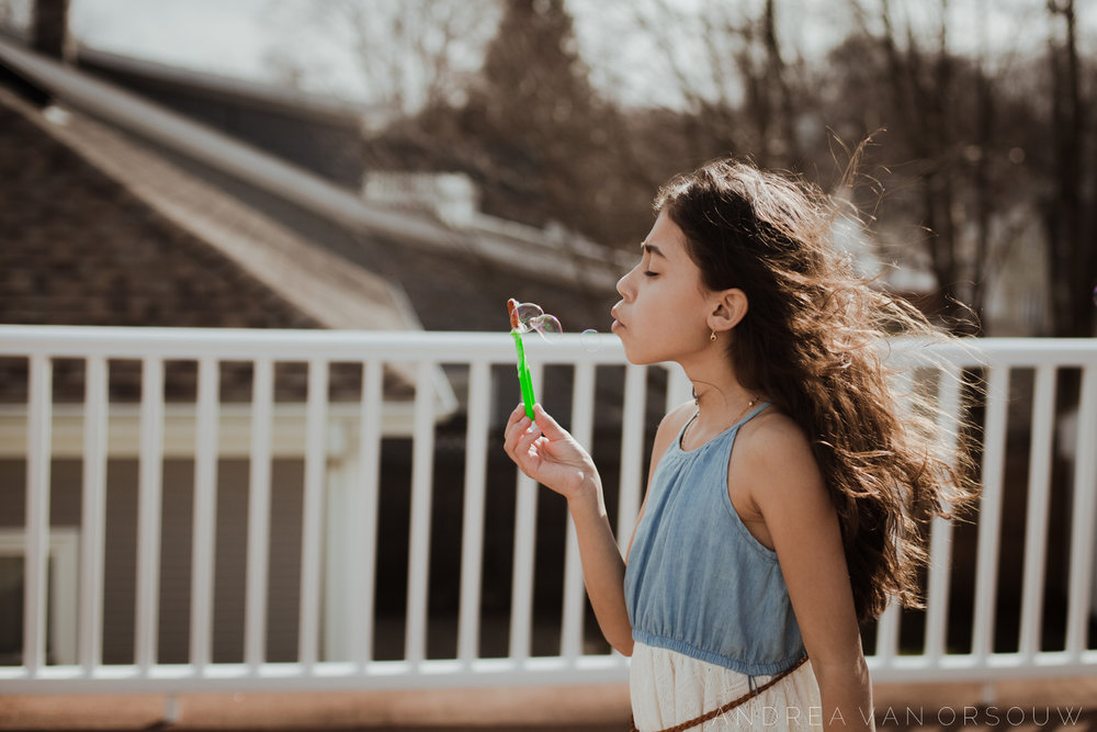 windy_bubbles_winter_photographer_lifestyle_in-home_carefree_boston_photographer_laid-back_session.jpg