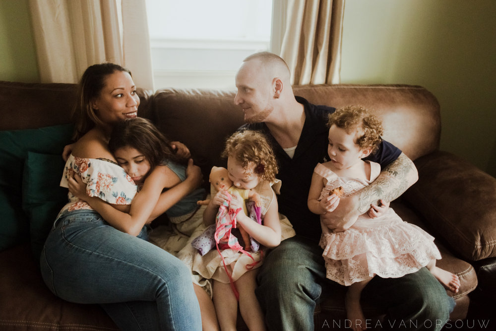 family_cuddle_lifestyle_session_couch_providence_rhode_island_photography.jpg