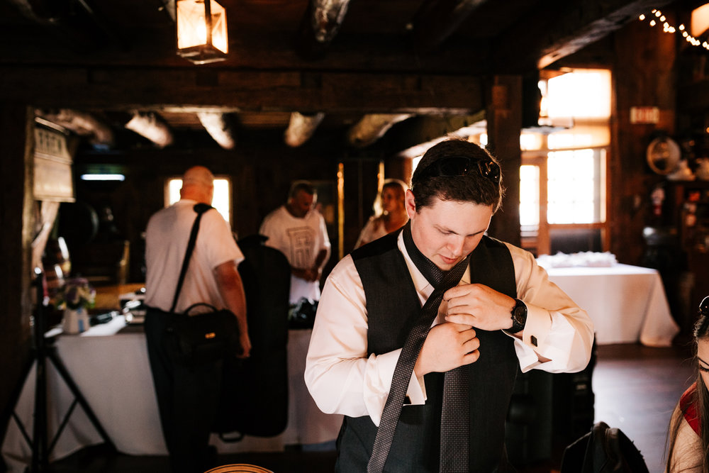 17 adventurous-fun-natural-wedding-photographer-salem-cross-inn-boston-massachusetts-andrea-van-orsouw-photography.jpg